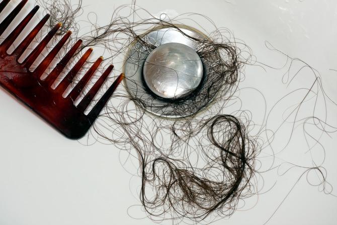 wypadające włosy i sucha skóra